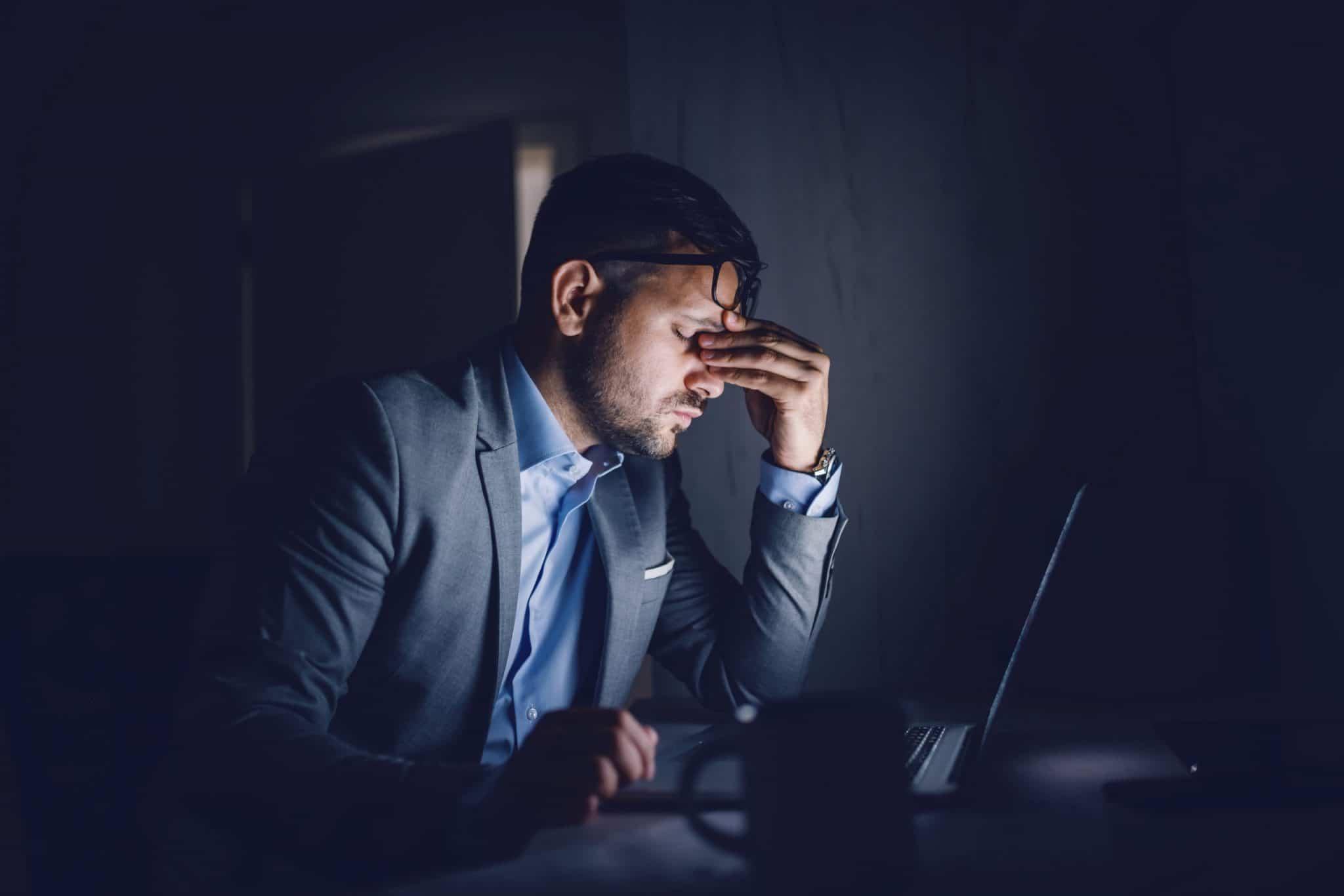 uomo preoccupato perché non trova lavoro online