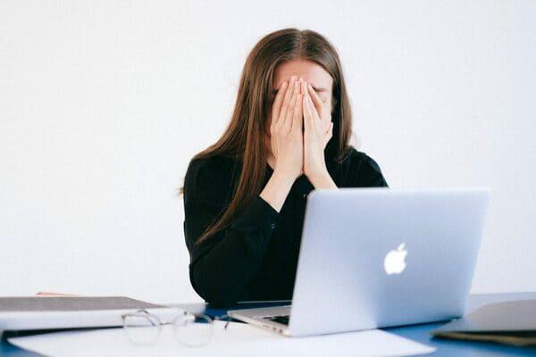 Candidata in cerca di soluzioni su cosa fare dopo un licenziamento