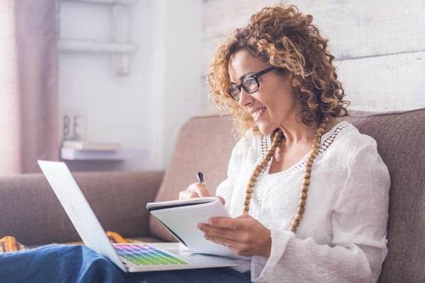 donna over 40 cerca online opportunità per cambiare lavoro