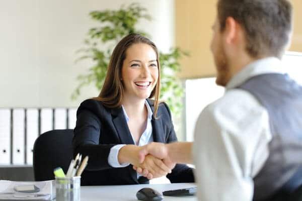 candidata affronta il primo colloquio dopo aver inviato il suo primo CV Entry Level