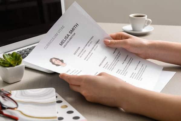 recruiter mentre legge il curriculum creativo ricevuto da una candidata
