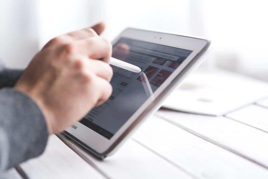addetto ai servizi al lavoro nei centri per l'impiego utilizza tablet per accedere ai servizi digitali del cpi
