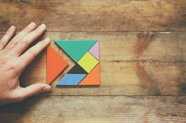 un rompicapo colorato in legno, test di problem solving utilizzato durante i colloqui