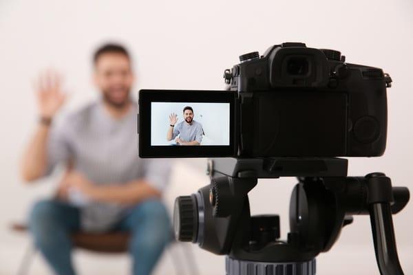 candidato di fronte alla telecamera registra un video cv