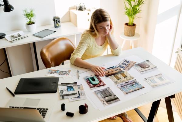 candidata realizza il prototipo cartaceo del suo portfolio lavori online