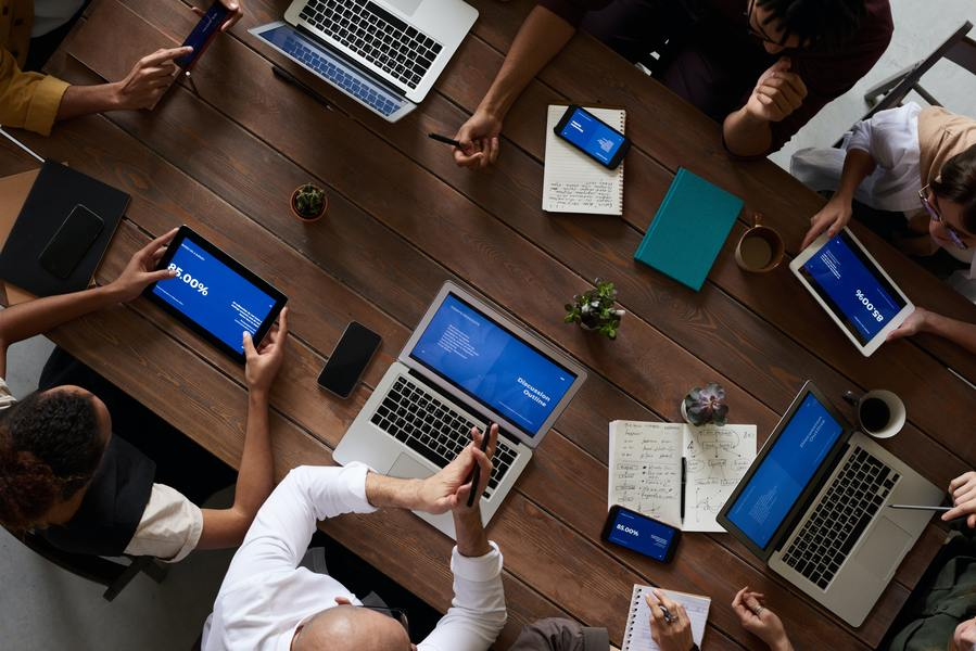 persone in cerca di opportunità di carriera lavorativa fanno networking