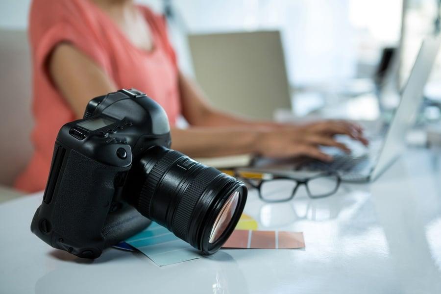 candidata e macchina fotografica per una foto cv professionale