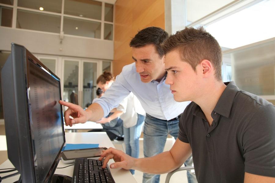 due giovani laureati cercano opportunità di stage post laurea