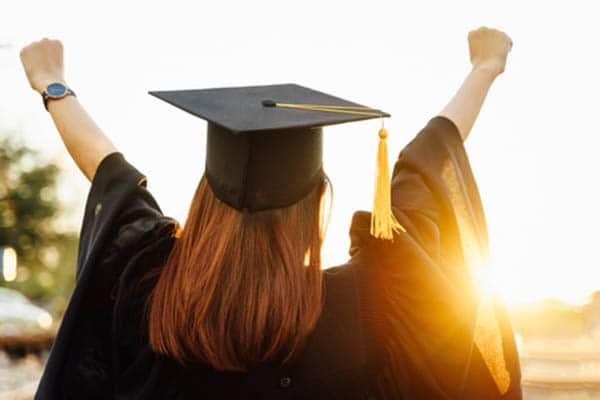 studentessa esulta dopo la laurea
