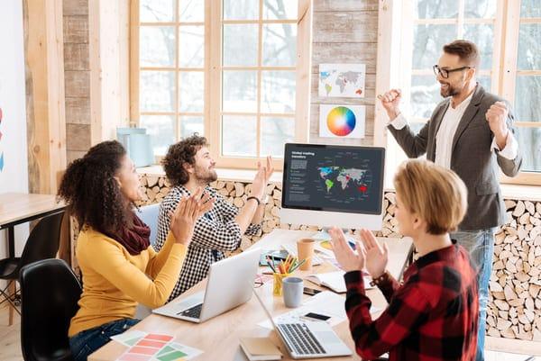 colleghi lavorano in team, una delle capacità comunicative più richieste dai recruiters
