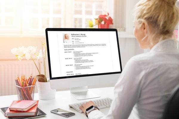 candidata modifica il cv online utilizzando uno strumento gratuito