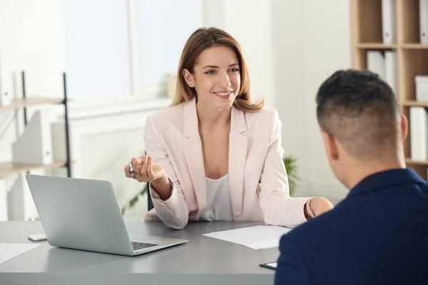 durante un colloquio la recruiter invita il candidato ad essere sintentico