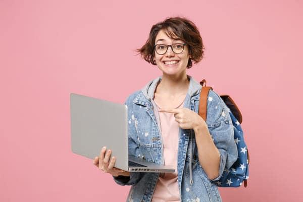 ragazza neodiplomata con pc mentre cerca lavoro dopo il diploma