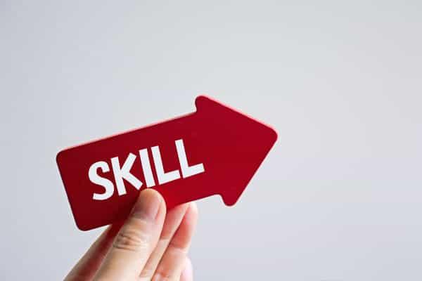 freccia con scritta skill, cioè le competenze richieste nel mondo del lavoro