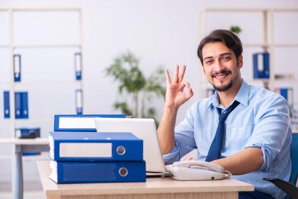 uomo in ufficio dopo il suo rientro al lavoro a seguito di una lunga assenza
