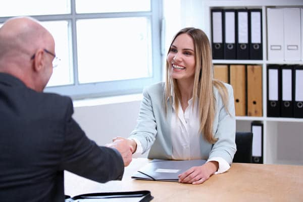 candidata al colloquio con l'azienda dopo l'invio di una candidatura spontanea