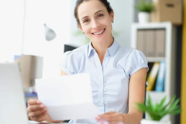 candidata mostra la lettera di referenze scritta dall'ex datore di lavoro