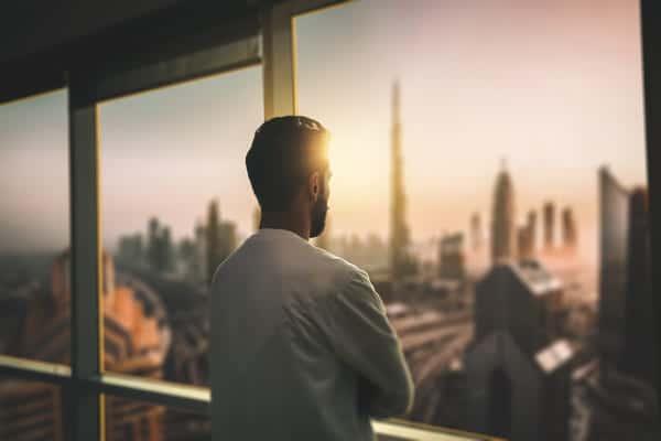 uomo guarda l'orizzonte, metafora dei lavori del futuro